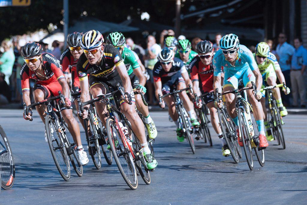 Vuelta Ciclista posturas correctas de montar en bici en Vital&Clinic